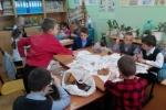 На уроке технологии второклассники выполняли групповые работы   (поделки из природного материала).